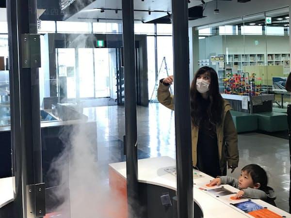 「未来わくわく館」は空気や水、光の実験装置をそろえる