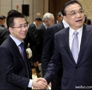 バイトダンスの張CEO(左)は李克強首相など中央政府との親密ぶりをアピールする(張CEOの微博から)