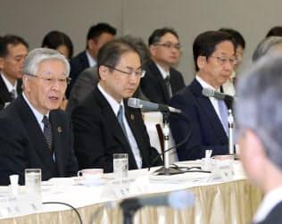 協議会であいさつする経団連の中西会長(左)(22日、東京・大手町)