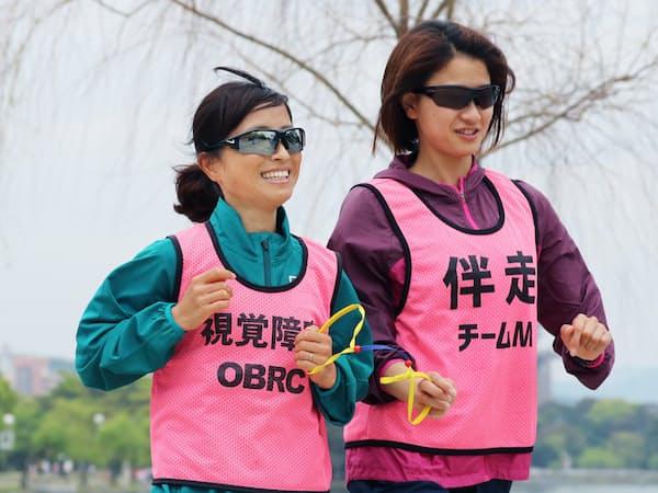 世界選手権に向けて調整する道下(左)(福岡市中央区)