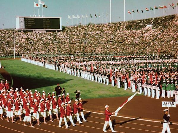 1964年10月10日、東京五輪開会式で入場行進する日本選手団