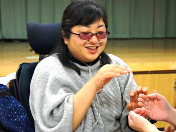 触手話でコミュニケーションする福田暁子さん