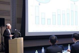 旭化成の小堀社長(左)は「IPランドスケープに基づいた事業戦略を構築する」と話した(18年5月)