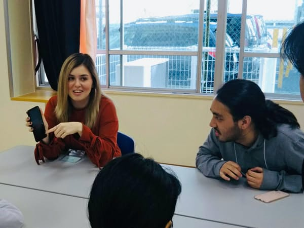 外国籍の中学生が日本に来て感じたことなどを聞きながら、一緒に自分史を作る