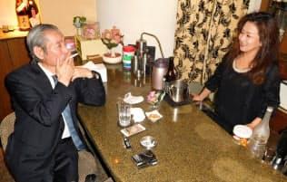 スナック「毘沙」は客の8割以上が愛煙家(東京都新宿区)