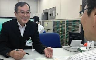 窓口などで活躍する60歳以上の従業員は多い(埼玉りそな銀行の支店)