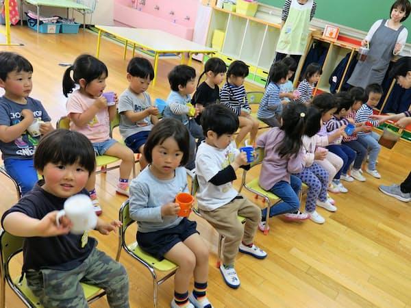21年度から幼小一体の教育課程で学ぶ現在3歳の幼児ら(4月、東京都荒川区)
