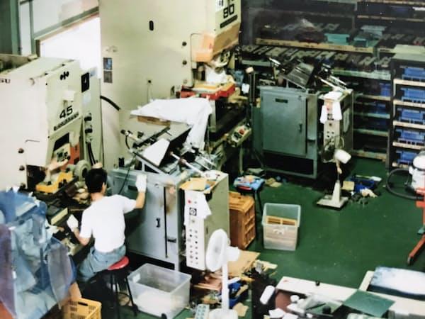 1993年、中古のプレス機などを購入、貸工場で4人からスタートした(大阪府八尾市)