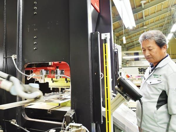 プリント基板加工では自社開発したロボットを導入し自動化を進めている(大阪府八尾市)