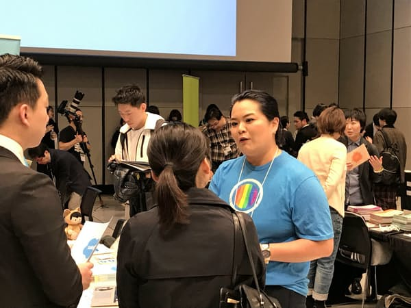 LGBTの学生の質問に答える企業の担当者(3月31日に東京都渋谷区で開かれた採用イベント)