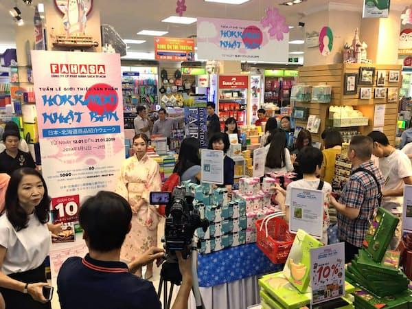 ファハサの店内は日本の菓子を買い求める客でにぎわった(ホーチミン市)