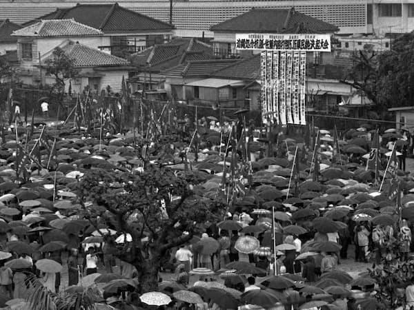 5.15県民総決起大会で会場の那覇市与儀公園を埋めた人たち(1972年5月15日)