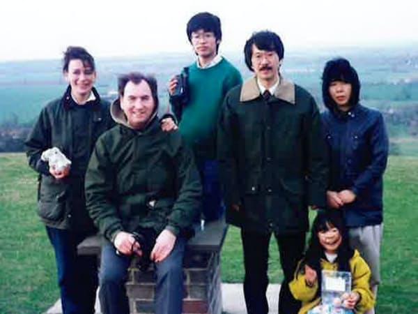 英ケンブリッジ大学の客員研究員時代。英ニューカッスル大学の研究者のプライス氏(左から2人目)と両家の家族