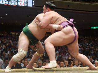佐田の海(左)を攻める朝乃山