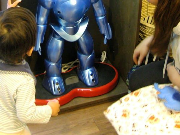 保育ロボット「ビーボ」にペンダントをかざせば、登降園時刻が記録される(東京都豊島区の「あい・あい保育園東池袋園」)