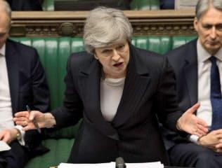 メイ英首相への辞任圧力が保守党内で高まっている(22日、ロンドン)=ロイター