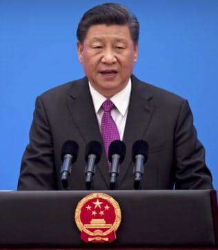 中国の習近平国家主席は対米貿易戦争の長期化に備えるよう訴える(4月、北京での式典)=AP