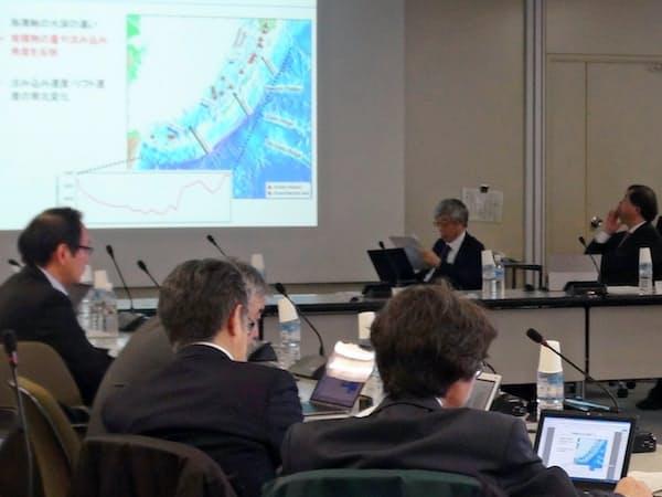 研究者や機関の代表ら約30人が情報交換する(2019年2月の地震予知連絡会)=国土地理院提供