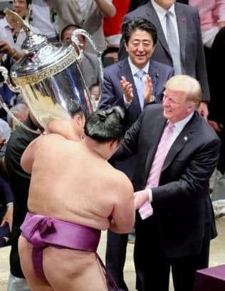 優勝した朝乃山(左)に「大統領杯」を授与するトランプ氏(26日、東京都墨田区)
