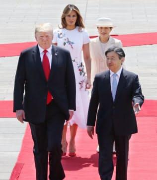 歓迎行事で天皇陛下と並んで歩くトランプ米大統領(27日午前、皇居・東庭)