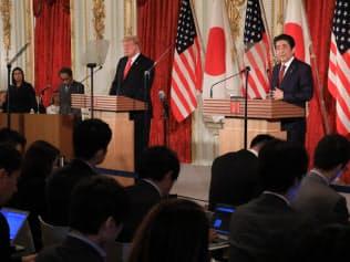 共同記者会見に臨むトランプ米大統領(左)と安倍晋三首相(27日、東京・元赤坂の迎賓館)=代表撮影