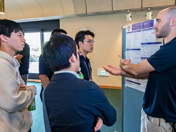 海外の若手研究者を交え議論する=東大提供