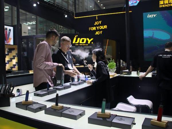 4月、広東省深圳市で開かれた展示会には多くのブースが立ち並んだ