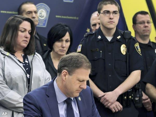 死刑廃止法案に対する拒否権発動の署名をするスヌヌ・ニューハンプシャー州知事(5月3日)=AP