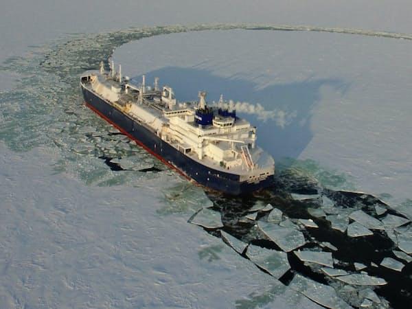 北極海の氷を砕いて進むLNG船