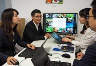 今年4月に転職した花房一夫さん(左から2人目)は年下の上司・同僚に交じって働く(東京都千代田区のパソナグループ本社)
