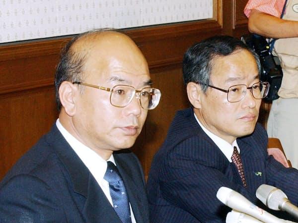 りそなホールディングスの川田社長(左)と会長就任予定だった細谷氏(2003年5月、東京・大手町、肩書は当時)