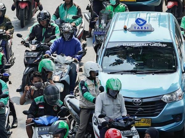 インドネシアの大都市の道路は配車サービスのバイクであふれかえる=ディマス・アルディアン撮影