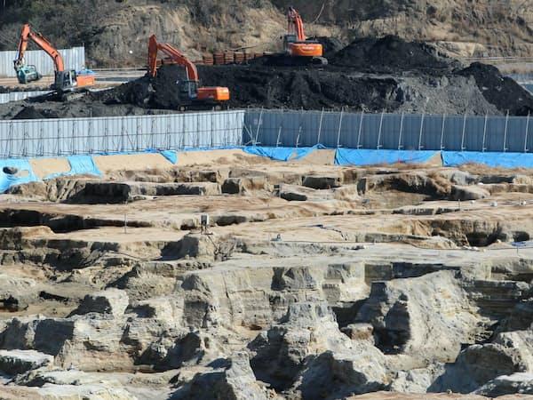 産業廃棄物と汚染土壌の撤去で、穴だらけになった豊島の処分地(香川県土庄町)