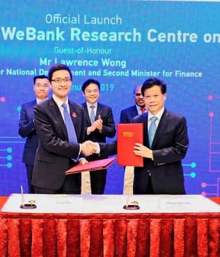 新サービス開発で合意書を取り交わすウィーバンクと南洋工科大の幹部(1月末、シンガポール)