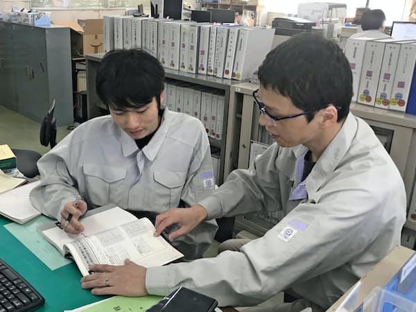 国内企業へのベトナム人材の紹介も手がける(左は4月に入社したグエンさん)