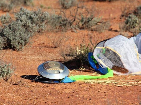 オーストラリアの砂漠で見つかった「はやぶさ」のカプセル=JAXA提供