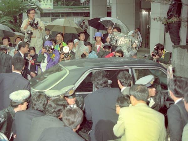 きっかけは「政治とカネ」の問題だった(1992年10月、東京佐川急便事件で議員辞職した金丸信自民党元副総裁が乗った車)