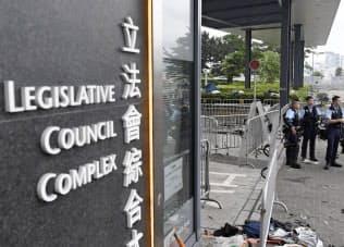 立法会前で警備する警官隊(13日、香港)=共同