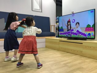 セガトイズの玩具はAR技術を活用して体を動かしながら英語を学べる(13日、東京都江東区)
