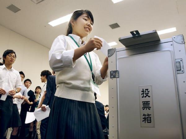 改正公職選挙法が成立し、模擬投票を行う高校生ら(2015年6月、衆院第2議員会館)