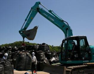 中継拠点に集められた除染除去土の入ったバッグ(5月、福島県郡山市)