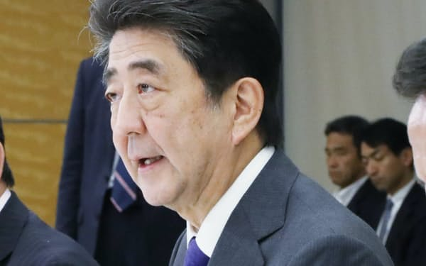 経済財政諮問会議であいさつする安倍首相(11日、首相官邸)