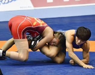 女子57キロ級決勝、伊調(右)を攻める川井梨