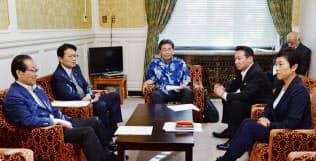 立憲民主党の執行役員会に臨む枝野代表(中)(17日、国会内)