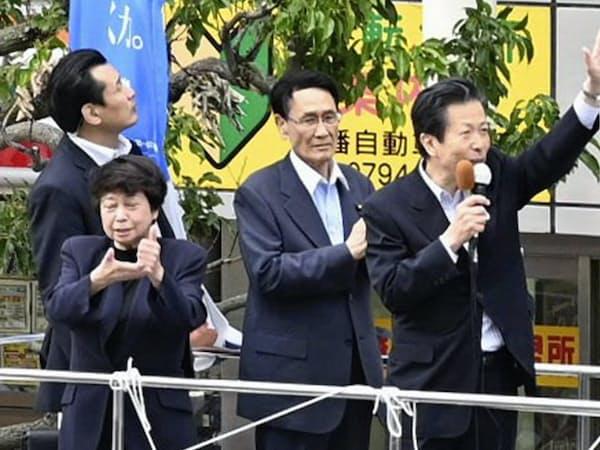 15日、兵庫県加古川市で街頭演説する公明党の山口代表(右)