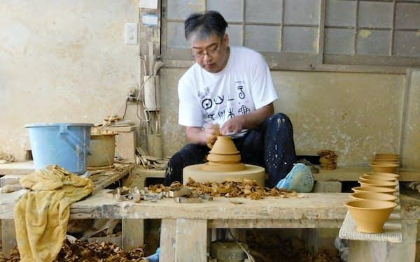 器の高台を削る坂本工さん(日田市)