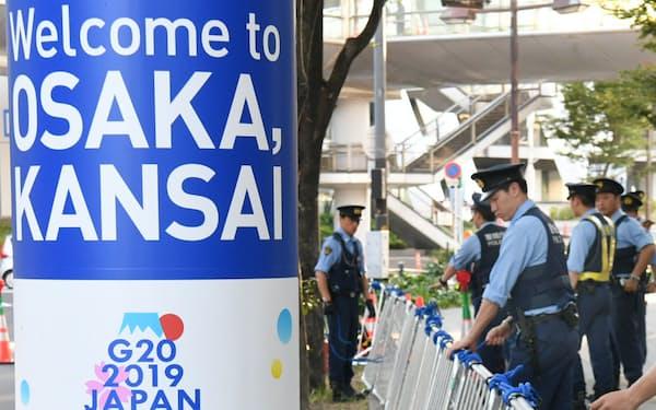 G20大阪サミット会場のインテックス大阪の周辺で警備の準備をする警察官(大阪市住之江区)