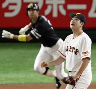 ソフトバンク・福田(奥)に先頭打者本塁打を浴びた巨人・菅野