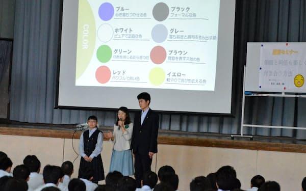 「服育」の授業で制服の着こなし方を学ぶ高校生ら                                                   =静岡県立御殿場高校提供