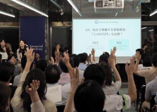 「老後2000万円」個人動く 現役世代、高い関心